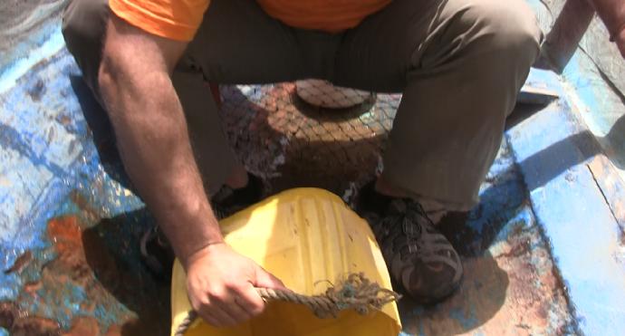 Achicando agua en Delta Saloum, Senegal