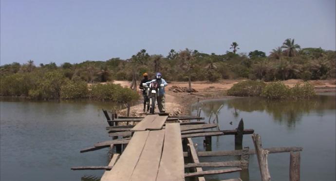 Empezando a cruzar puente Seleki