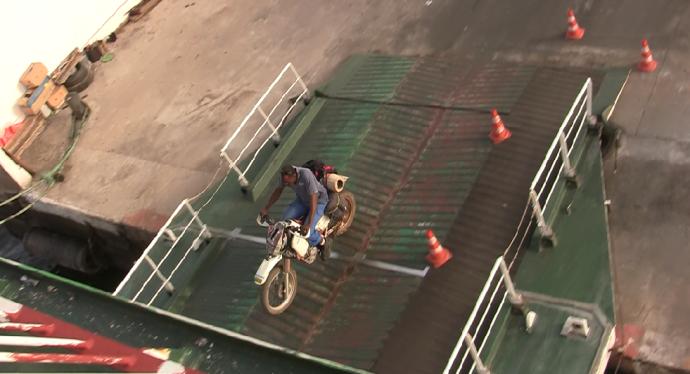 Mi moto entrando en barco a Ziguinchor
