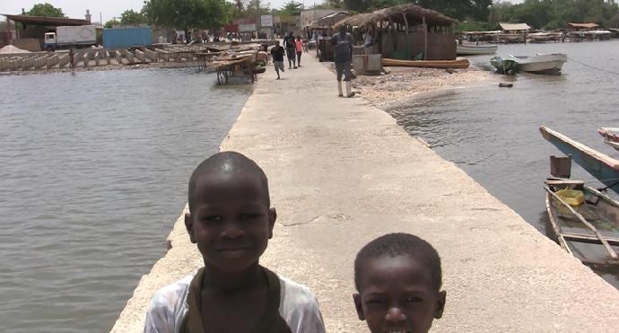 Niños en puerto Delta Saloum