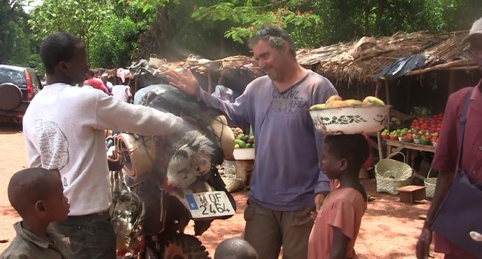 Atando gallina a moto poblado Guinea Conakry