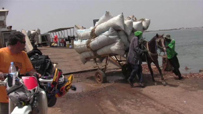 Bajando carga del barco a Gorée