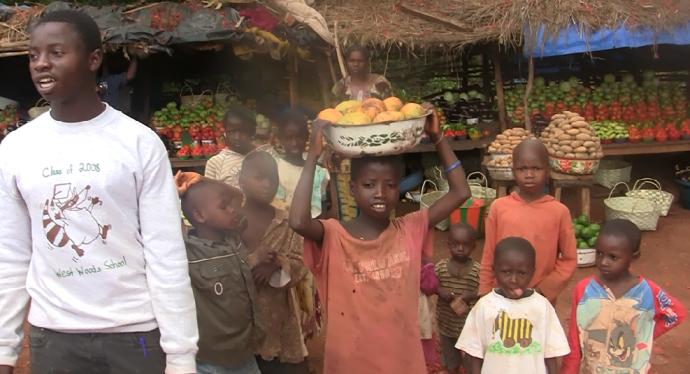 niños mercado poblado Guinea Conakry