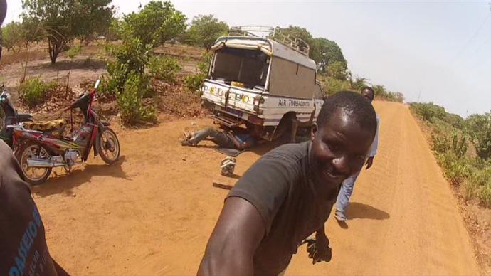 Reparando camión pista Senegal