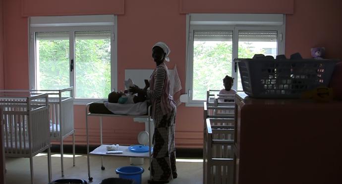 cambiando niño orfanato Dakar