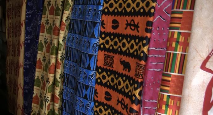 Telas en el puesto de Fatu en Goré